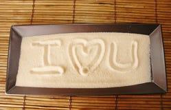 Liebe geschrieben auf Sand lizenzfreie stockfotografie