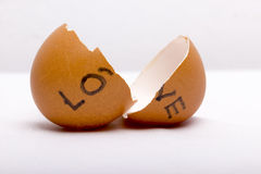 LIEBE geschrieben an defekten Eiern Lizenzfreie Stockfotografie