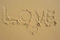 Liebe geschrieben in den Sand Stockfotografie