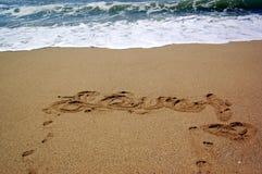 Liebe geschrieben in den Sand Stockbild