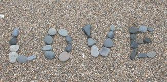 Liebe geschrieben in Kiesel auf einen Strand Stockfotografie