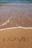Liebe geschrieben in Strand-Sand Stockfotografie