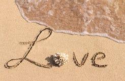 Liebe handgeschrieben auf dem tropischen Strand Lizenzfreies Stockbild