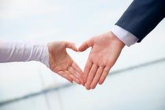 Liebe im Inneren. Hände bildeten Symbol Stockbild