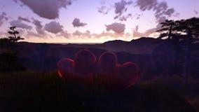 Liebe ist im Lufthintergrund mit Fliegenherzen Lizenzfreie Stockfotografie