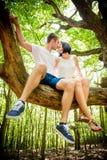 Liebe - Kuss auf Baum Lizenzfreies Stockfoto