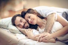 Liebe Paare im Bett stockfoto