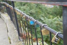 Liebe padlocks auf dem Geländer der Brücke, Zagreb stockfotos