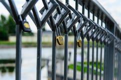 Liebe padlocks auf einer Brücke in einem Stadtpark Lizenzfreies Stockfoto