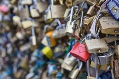 Liebe schließt - Pont de l ` Archevêché, Paris, Frankreich zu lizenzfreie stockbilder