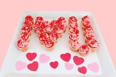 Liebe U der Erdbeerkleinen kuchen des Bann-I auf Behälter Stockbilder