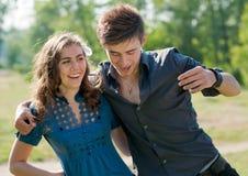 Liebe u. Spaß: junger Mann, der junge Frau umarmt Lizenzfreies Stockbild