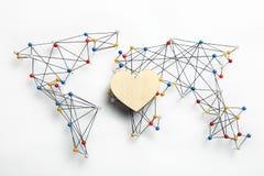 Liebe und Frieden in der Welt Herz auf Hintergrund der Karte lizenzfreies stockbild