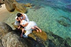 Liebe und Neigung - Braut u. Bräutigam - tropische Szene Lizenzfreie Stockfotografie