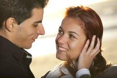 Liebe und Neigung zwischen einem jungen Paar Lizenzfreie Stockfotografie