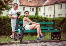 Liebe und Neigung zwischen einem jungen Paar Stockbilder