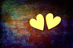 Liebe und Romance Zwei Herzen auf abstraktem mehrfarbigem Hintergrund mit hölzerner Beschaffenheit stockfoto