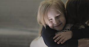 Liebe und Sorgfalt Eine Familie stock video