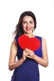 Liebe und Valentinsgrußtagesfrau, die das Herzlächeln nett und Aufheben hält lizenzfreie stockbilder