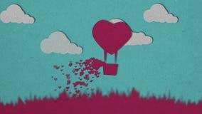Liebe und Valentinstag Rosa Heißluftballon und weiße Wolken, die über Gras mit Herzfloss auf blauem Himmel fliegen innere lizenzfreie abbildung