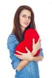 Liebe und Valentinstag schöner Brunette, der ein rotes Herz in den Händen lokalisiert auf weißem Hintergrund hält Stockfotos
