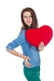 Liebe und Valentinstag schöner Brunette, der ein rotes Herz in den Händen lokalisiert auf weißem Hintergrund hält Lizenzfreie Stockfotos