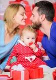 Liebe und Vertrauen in der Familie Bärtiger Mann und Frau mit wenigem Mädchen Rote Rose Tag, zum ihrer Liebe zu feiern Einkaufen stockfotos