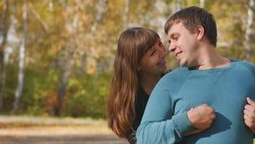 Liebe, Verh?ltnisse, Jahreszeit und Leutekonzept - gl?ckliches junges Paar, das Spa? im Herbstpark hat stock video