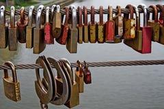 Liebe-Verschlüsse auf einer Brücke in Bamberg, Deutschland Stockfoto