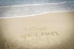 Liebe Vietnam geschrieben in Sand Lizenzfreie Stockfotos
