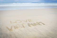 Liebe Vietnam geschrieben in Sand Stockbilder