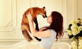 Liebe von wilden Tieren Mädchen mit einem Fuchs Stockbild