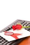 Liebe-Zeichen und stieg, liegend auf schwarzer Tastatur Lizenzfreie Stockfotografie