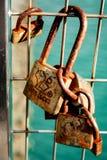 Liebe zugeschlossen auf Zaun stockbild