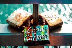 Liebe zugeschlossen auf Zaun stockbilder