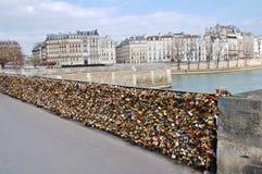 Liebe zugeschlossen in Paris Lizenzfreie Stockfotos