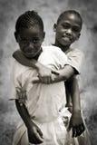 Liebe zwischen zwei afrikanischen Kindern Stockfotos