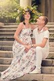 Lieben eines verheirateten Paars, das ein Kind erwartet Stockfotografie