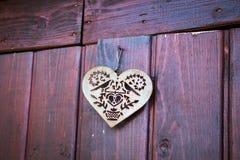 Lieben Sie altes rostiges der Herzeisen-Metallholz-Tür lizenzfreie stockfotos