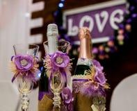 Lieben Sie Aufschrift auf einem hölzernen Hintergrund, Blinklichter, Blumen Flasche Champagner und Gläser Stockfotos