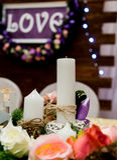Lieben Sie Aufschrift auf einem hölzernen Hintergrund, Blinklichter, Blumen Kerzen und Niederlassung der Kiefer Lizenzfreie Stockfotografie