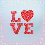 Lieben Sie Aufschrift mit dem Herzsymbol, das von den kleinen Herzformen auf blauem weichem Hintergrund gemacht wird Lizenzfreies Stockfoto