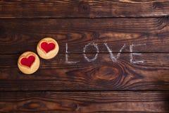 Lieben Sie das Wort, das mit Kreide auf einen Holztisch geschrieben wird Stockfoto