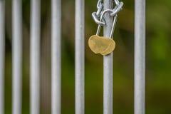 Lieben Sie den Verschluss, der auf die Brücke in Lettland zugeschlossen wird Hochzeit, Flitterwochen Stockfotografie