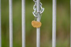 Lieben Sie den Verschluss, der auf die Brücke in Lettland zugeschlossen wird Hochzeit, Flitterwochen Lizenzfreies Stockbild