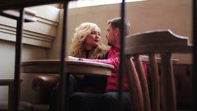 Lieben Sie die auf der Couch sitzenden und flirtenden Paare stock video footage