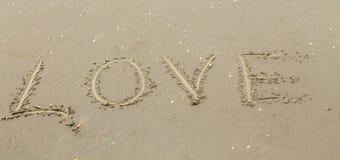 Lieben Sie die Aufschrift auf dem Sand Lizenzfreie Stockbilder