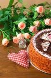 Lieben Sie die Belichtung, den Kuchen auf dem Hintergrund von Blumen Lizenzfreie Stockfotografie