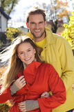 Lieben Sie die Paare, die reif - Herbstpark, coloursfull Blätter, schwangere Frau, lächelndes gesundes Paar, sonniger Tag umfasse stockfotografie