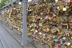 Lieben Sie die Verschlüsse, die im Namen der Loyalität, auf Kunst-Brücke, Paris geschlossen sind Stockbilder